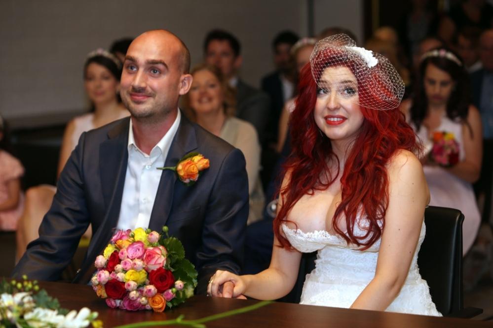 Op haar trouwdag gooit Kaat Bollen haar bruidstroeven in de strijd
