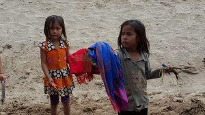 kinderen worden ingezet om de koopwaar aan de man te brengen