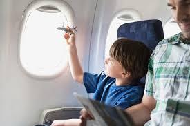 kinderen in het vliegtuig
